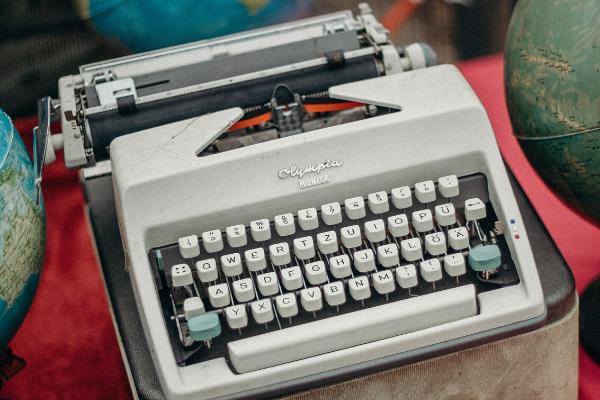 Schreibmaschine mit deutscher Tastatur