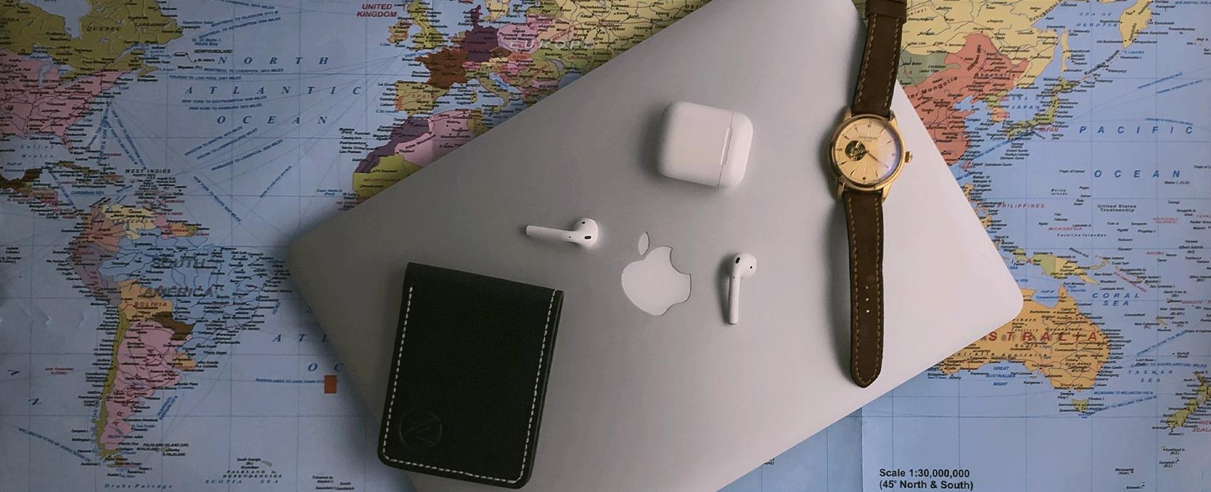computer e carta geografica